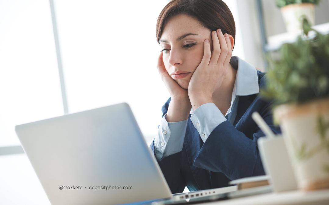 Führungskraft sitzt am Schreibtisch und denkt über nach über Konflikt